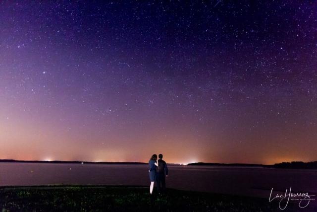 photo de couple avec un ciel étoilé