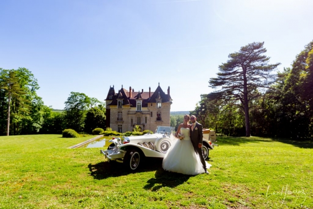 photo de couple avec voiture excalibur