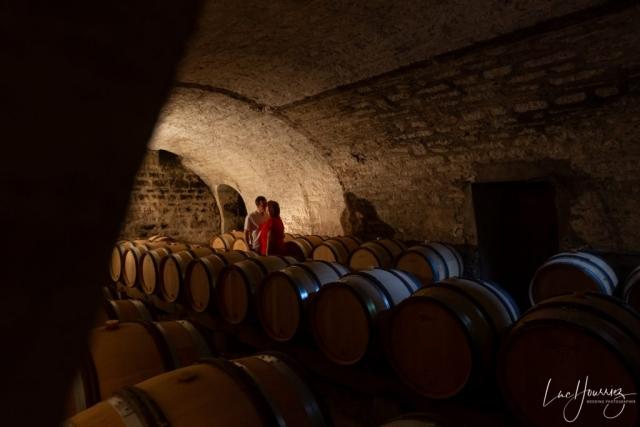 photo de couple dans les caves de vin