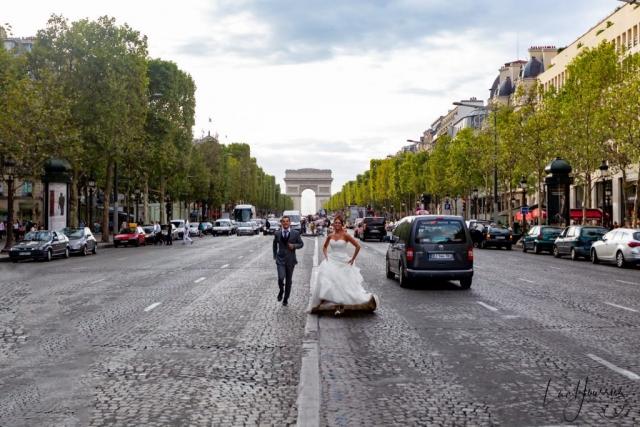 photo de couple de mariage sur les champs élysées