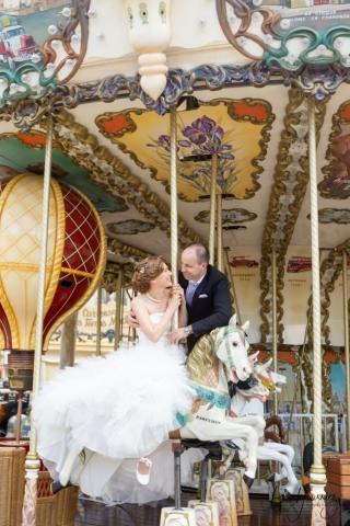 photo de couple de mariage sur un carrousel