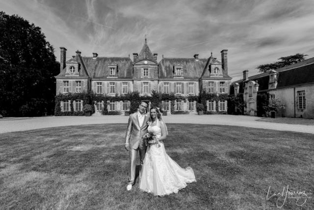 photo de couple devant un chateau