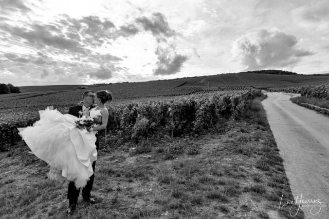 photo de couple mariés dans les vignes
