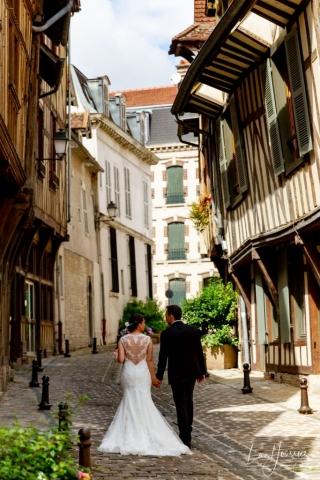 photo de couple mariage dans les rues de Troyes