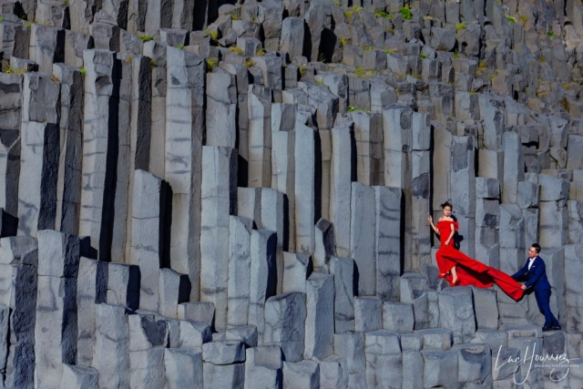 photo de couple sur la plage de Reynisfjara en Islande