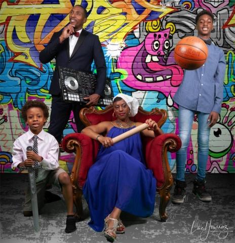 photos de famille devant un graffiti