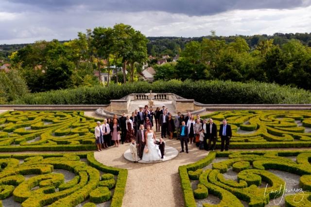 photo de groupe de mariage dans un parc