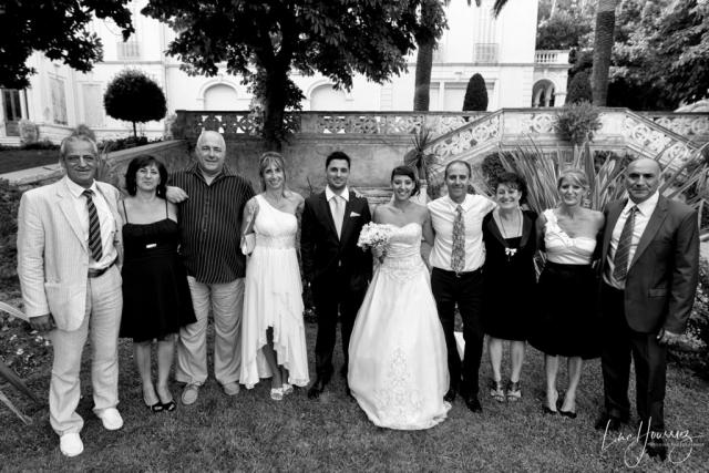 photo de groupe de mariage en noir et blanc