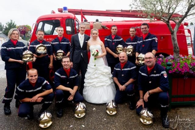 photo de groupe mariage avec les pompiers