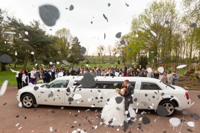 photo de groupe mariage devant la limousine