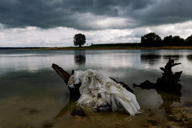 robe de mariée dans un lac