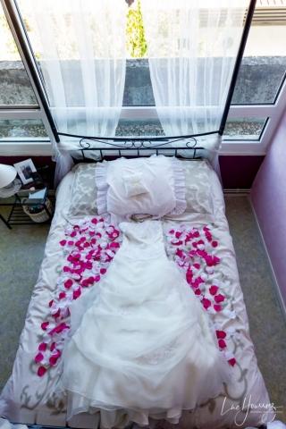 robe de mariée posé sur un lit