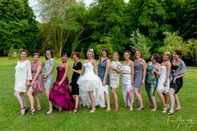 toutes les filles montrent leur jambe sur la photo de groupe