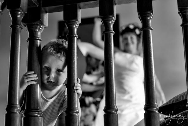 un enfant regarde le photographe pendant un mariage