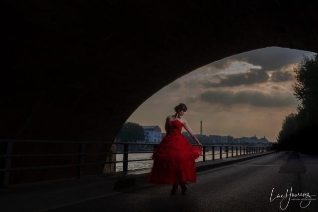 une mariée au coucher du soleil à Paris