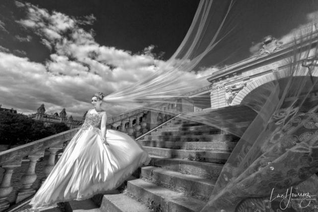 une mariée avec son voile à Paris