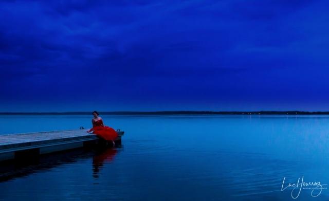 une mariée en rouge au coucher du soleil au lac de Troyes