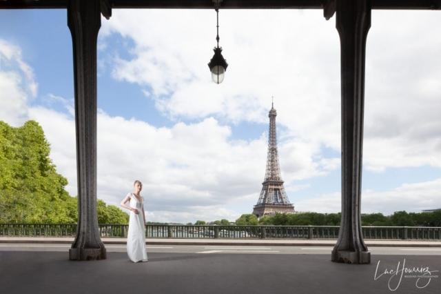 une mariée pose devant la Tour Eiffel