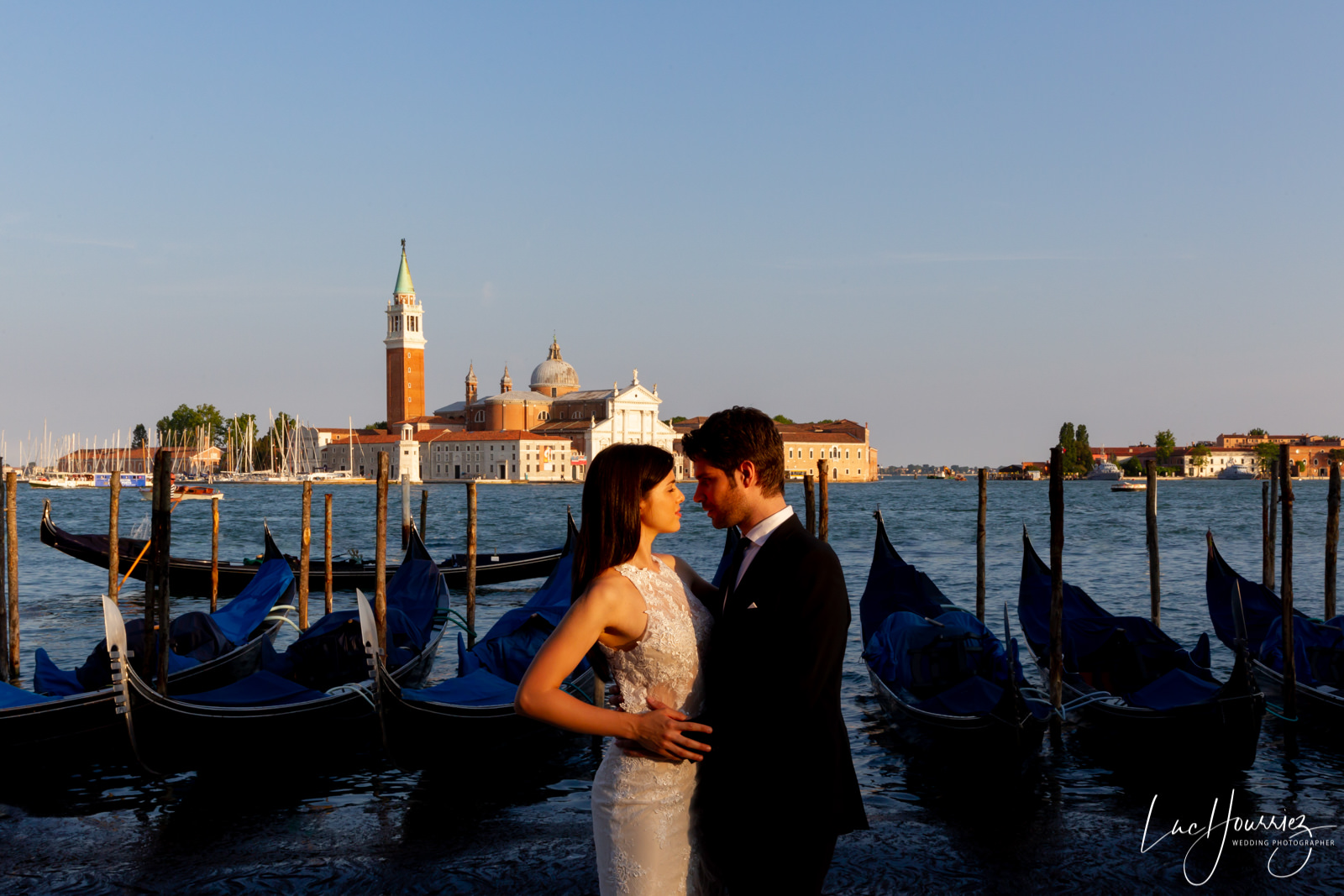 couple de mariés au coucher du soleil à Venise