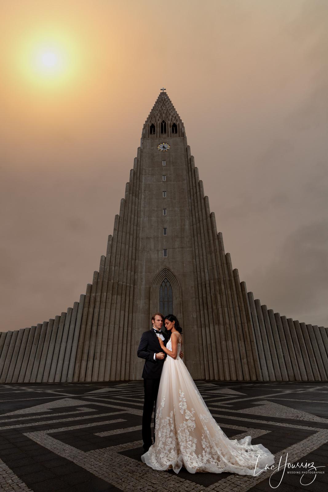 mariés devant l'eglise de Reykjavik en Islande
