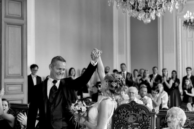 couple heureux à la mairie Photographe Mariage Troyes