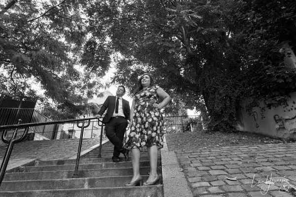 couple sur les marches de montmartre Photographe Mariage Troyes